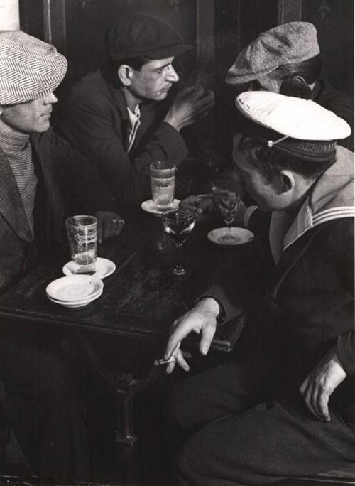 Brassaï (Gyula Halász) MAUVAIS GARÇONS AU BISTRO, PLACE D ' ITALIE PARIS Silbergelatineabzug. Ca. 1932.