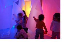 En las escuelas reggianas hay una serie de aspectos que, de una manera u otra, siempre se tratan: el trabajo artístico, el trabajo con la luz y el trabajo con el sonido. Poco a poco iremos viéndolo...