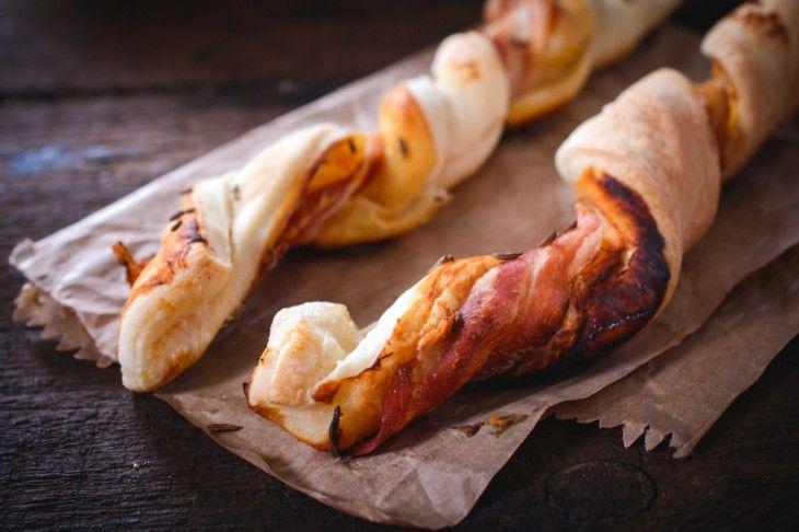 Frasiga smördegspinnar med smak av ost och bacon. Passar utmärkt som drinktilltugg eller som tillbehör till soppa.