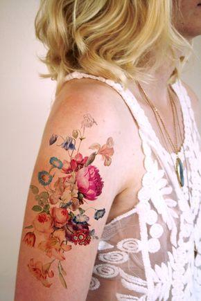 Me encanta el vintage inspirados tatuajes florales! Este tatuaje temporal se hace con una imagen vintage de un arreglo floral bastante.