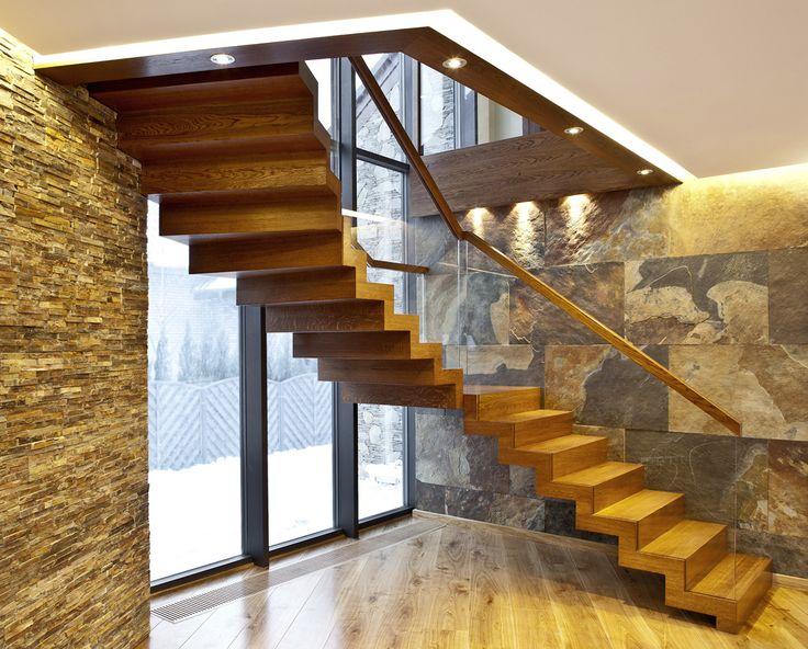 www.trabczynski.com ST878 Schody dywanowe wykonane z dębu barwionego. Balustrada ze szkła z drewnianym pochwytem. Schody z linii TECHNE. Realizacja wykonana w domu prywatnym , projekt – TRĄBCZYŃSKI / ST878 Zigzag stair made of stained oak. Balustrade made of glass with wooden handrail. Stairs of the TECHNE line. Private residential project, designed by TRABCZYNSKI