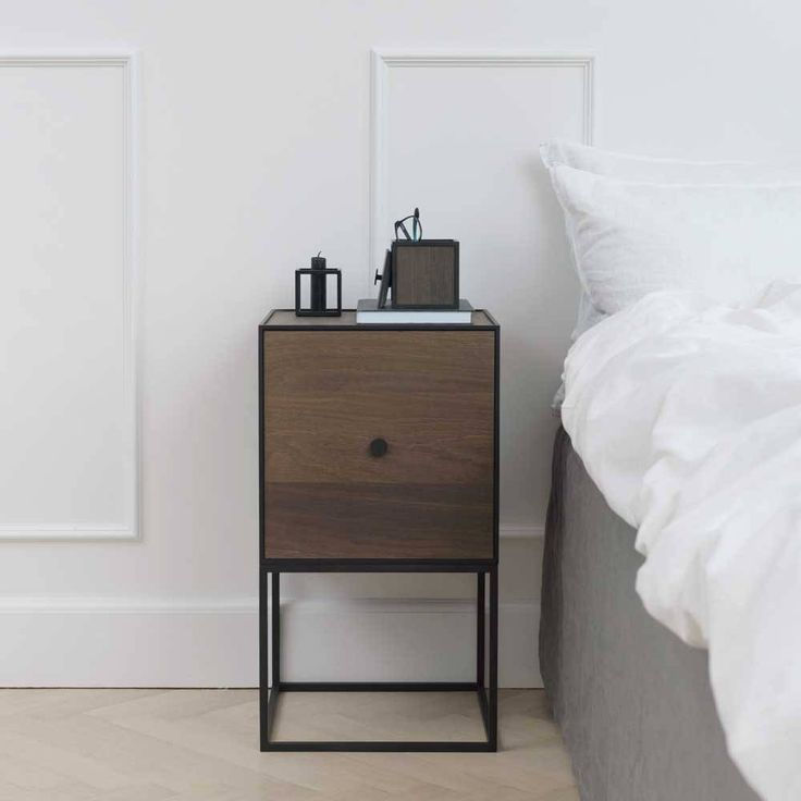 Frame 35 Sideboard met deur is super als nachtkastje en heeft plek voor allerlei kleine spullen. Zwart metalen frame met donker eiken wanden. Maat: 35x35x65 cm.