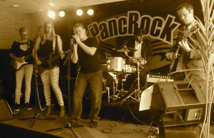 Een band uit Broek op Langedijk, 2 dames en 4 heren die lekkere stevige rock uit de jaren 60/70 spelen, zo nu en dan een lekkere blues uitschieter maken, ruige nummers van Iggy pop, Neil Young, Muddy Waters en Creedence Clearwater Revival, deze komen allemaal voorbij wanneer ze hun sets subtiel de zaal in knallen. Keep on rocking in Broek!