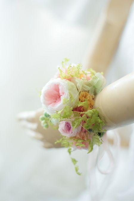 昨日のアームレットに対して手首に飾る花をリストレットと呼びます。中でも、ブーケ代わりにできるくらいの存在感、ボリューム感がある場合には、リストブーケと呼ん...