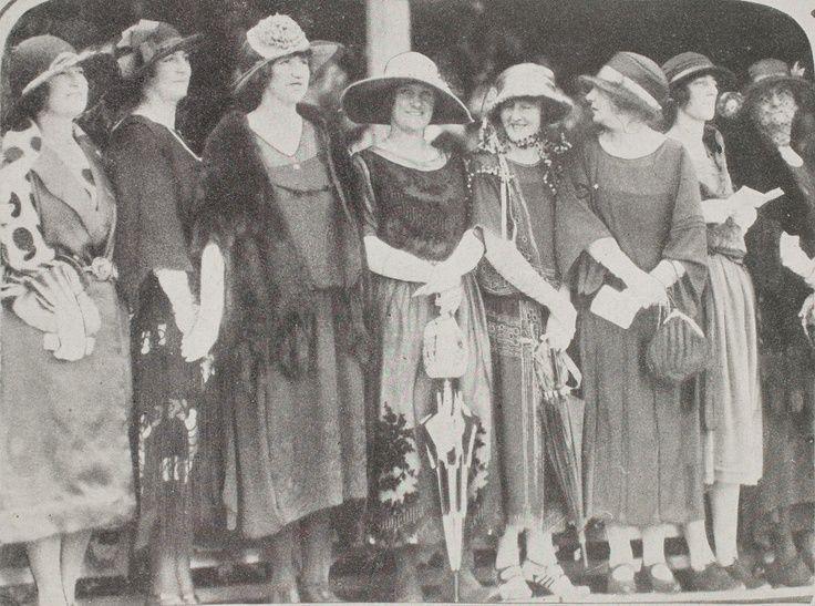 1922 - Flemington Fashions on the Field