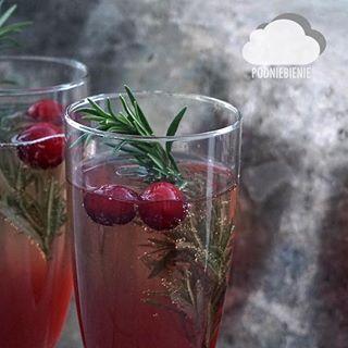 Pierwszy PodNiebieniowy drink #aperitif #prosecco #żurawina #rozmaryn #bąbelki #PodNiebienie #bubbles #drinks #cranberryprosecco #christmas #foodporn #pornfood #foodphotography #polishblogger #foodie #drinking #merrychristmas #rosmary