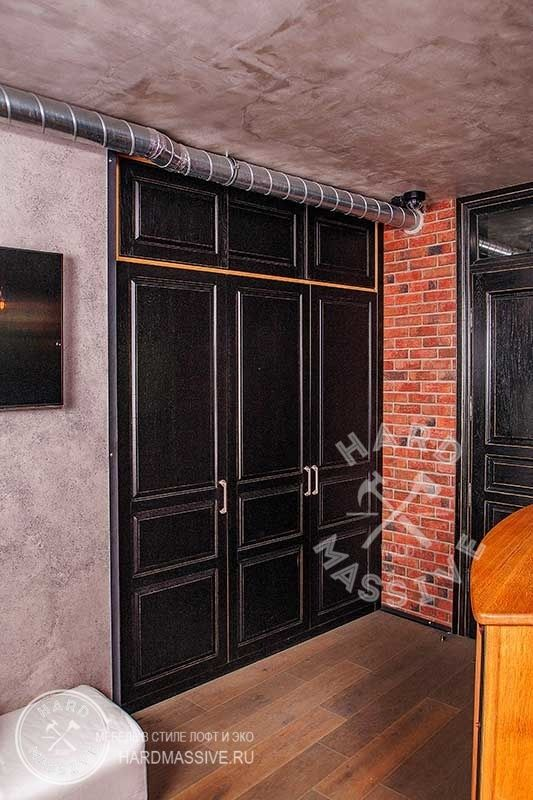 """Шкаф Матовый Лофт. Встроенный 3-х створчатый шкаф с антресолью. Красивый распашной шкаф в Loft стиле. Для придания дверцам шкафа вида """"потертый шик"""" была произведена специальная покраска."""