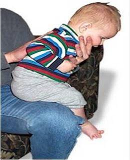 Posição perfeita para fazer o bebê arrotar   Macetes de Mãe