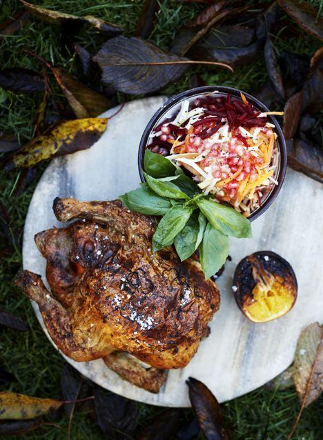 Lørdagskylling er et kendt begreb. Hos mig spiser vi tit også søndagskylling. Jeg elsker kylling og synes det er noget af det nemmeste at have med at gøre. Bare smid den i ovnen…….så er middagen næsten lavet. Coleslaw af rodfrugter er en eksplosion af vitaminer og farver. Det er virkeligt fryd for øjet, fryd for …
