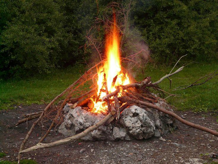 Nyalakan di Permukaan yang Keras Saat kamu mau nyalakan api unggun, pastikan permukaan tanahnya cukup keras dan jauh dari rerumputan kering dan pohon yang mudah terbakar bila terkena percikan api. Tujuannya sudah pasti agar lebih aman dan alam sekitar tidak rusak karena api unggun yang menyala. Selain memastikan permukaan tanah cukup keras dan jauh dari …