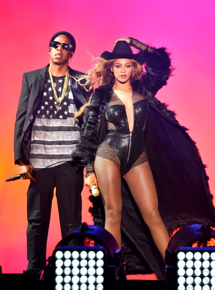 Beyoncé was perfect in this #AtelierVersace look in Houston: she completed her bandit beaded black netted outfit with a maxi fur embellished with black Swarosvki crystals. #VersaceCelebrities #OnTheRunTour