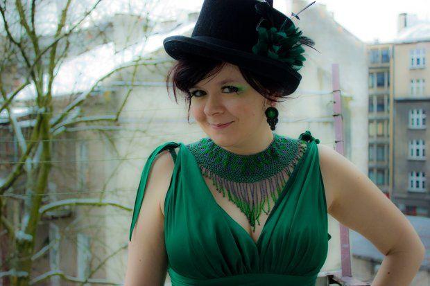 Wasze zielone stylizacje - Lazurenka!  :).  Do #konkursu na #najlepsza #stylizacja zaprasza www.big-active! Zdjęcie przedstawia mnie w kapeluszu (H) ozdoionym kwiatem (SIX). Sukienka: DK fashion, Naszyjnik: Galeria Aruaco,  Kolczyki: Katarzyna Gawlik (soutache-mk.blogspot.com), Sztuczne rzęsy i cień do powiek: Inglot, Foto: Dominika Długosz