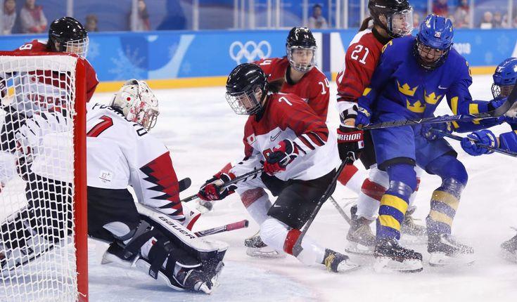 日本―スウェーデン 第2ピリオド、ゴール前でディフェンスする堀(中央)=江陵(共同) アイスホッケー女子1次リーグで世界ランキング下位が入るB組の日本は初戦で2006年トリノ五輪銀メダルのスウェーデンに1―2で惜敗し、五輪初勝利はならなかっ...
