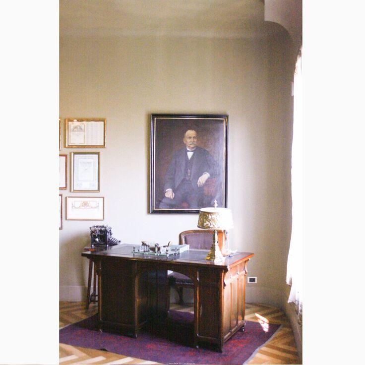 """Мне как-то очень напоминает советскую """"профессорскую квартиру"""". Очень атмосферно ) *Квартира-музей, демонстрирующая типичный интерьер начала 20 в. в Барселоне. Дом Ла Педрера, или Дом Мила, Антонио Гауди  #барселона #испания #casamila #lapedrera #испанскийинтерьер #гауди #ретро #стильмодерн #модерн #интерьервстилемодерн #классическийстиль #классическийинтерьер #кбинет #интерьеркабинета #дизайнинтерьера #дизайнинтерьеров #интерьер #иннабюж #interiordesign"""