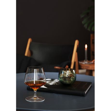 There is a short distance from stem to bowl from which the golden drops slowly achieve the right temperature from the heat of your hand. The pouring mark which is the signature of the range is also used on this glass as a stylish design element that shows you clearly where to pour to. #holmegaard #perfection #brandy
