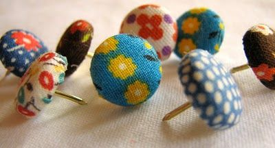 cute and easy decorative thumbtacks made from covered button blanks: Ideas, Thumb Tack, Decor Thumbtack, Fabrics Scrap, Bulletin Boards, Corks Boards, Diy, Fabric Scraps, Fabrics Covers