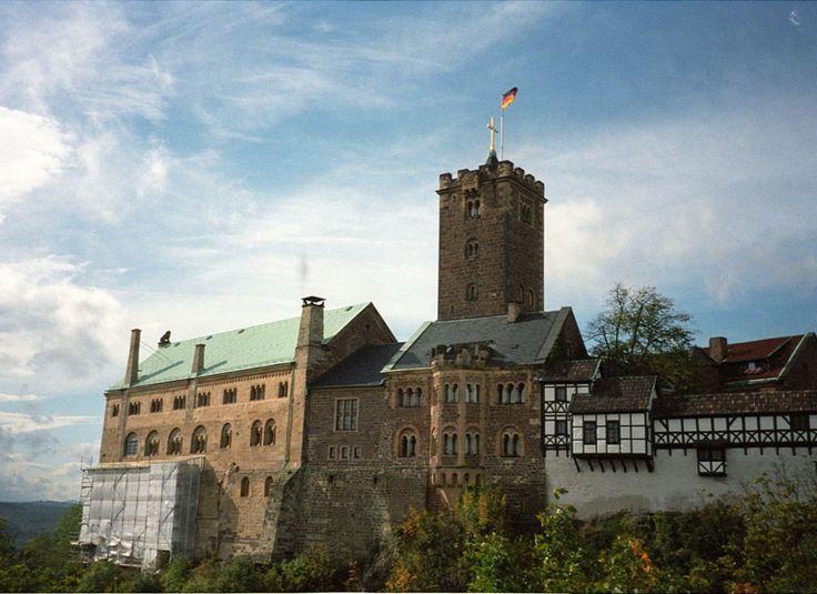 Pathetisch und poetisch - die Wartburg im Thüringer Wald, hoch über Eisenach.