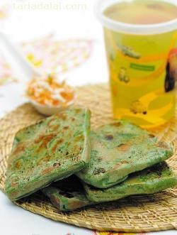 Stuffed spinach and paneer parathas, make a great combination of iron and calcium. Stuff in parathas and pack with curds to make a simple, wholesome and tasty lunch.