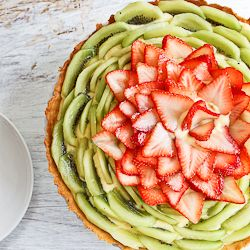 Strawberry and kiwi fruit tart >> almost too beautiful to eat, almost... ;)
