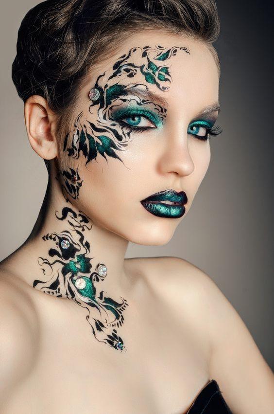 Bello maquillaje de fantasía donde el trabajo de la artista está realizado con la maestría de una verdadera profesional, formas sinuosas de plantas son adornadas con luminosos brillantes, elaborada en tonos verdes y negros, todos ellos plasmados...