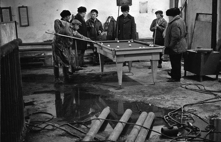 Lunch break on the factory, Novokuznetsk, 1983. Photo by Vladimir Vorobyov