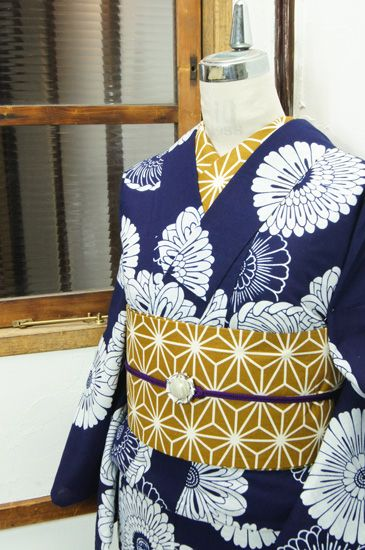 濃紺に白一色で染め出された丸菊文様が凛と美しい注染レトロ浴衣です。 #kimono