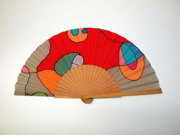 Este abanico está realizado en seda pintada a mano con diseños  de GilBea, en grandes piezas y después montada por un artesano sobre madera de peral. Por lo tanto tiene un carácter de pieza única y...