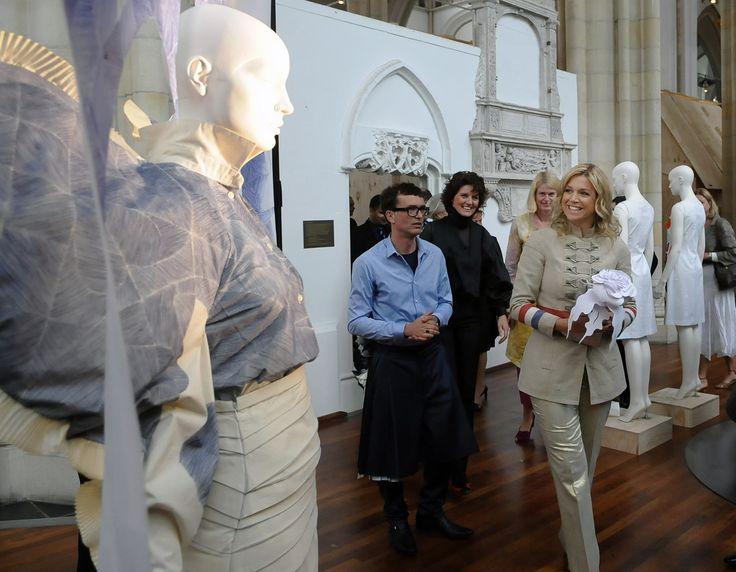 Jan Taminiau heeft het druk. Steeds meer vrouwen ontdekken zijn genie en de letterlijke en figuurlijke 'gelaagdheid' van zijn ontwerpen. Onder hen beroemd heden zoals Beyoncé, Lady Gaga en… prinses Máxima. 'De prinses is zó een mens van Nu'. Plissé is als het om kleding gaat misschien wel de ultieme gelaagdheid: plooi op plooi op … (Lees verder…)