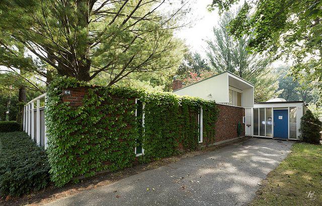 Casa de Josep Lluís Sert a Cambridge, Massachusetts (1958). Sòcol d'obra vista que tanca el perímetre de la parcel·la (casa pati).