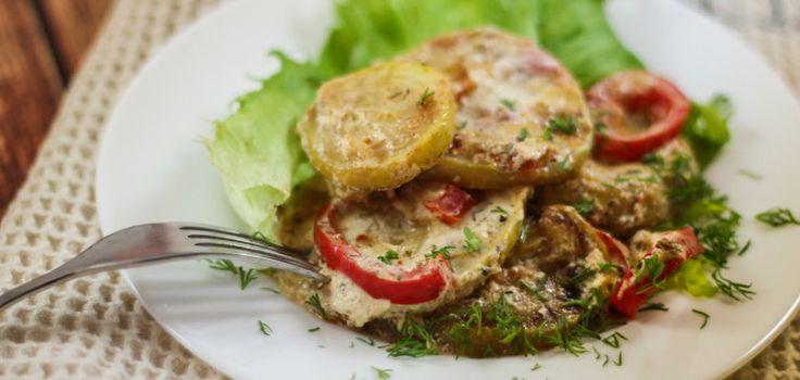 Кабачки тушеные со сметаной хороши не только как отличный гарнир, но и как вполне самостоятельное блюдо. В этот раз приготовим их с «компаньонами» — помидорами и сладким перцем. #кабачкитушеные