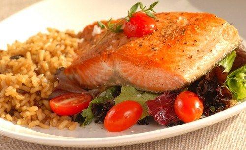 Жареный лосось с салатом из рукколы и черри