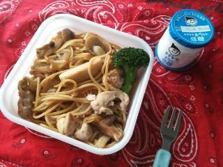 A 1-frying pan mushroom pasta bento. The blogger says to break the spaghetti in half and boil it in a frying pan, cut the mushrooms up while the pasta cooks, drain the pasta, then quickly saute the mushrooms etc. in the same frying pan. A yogurt on the side for protein and dessert.