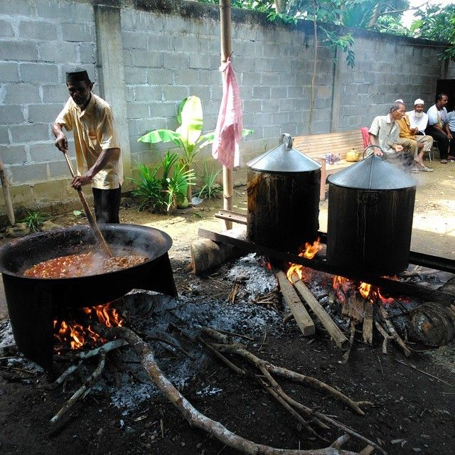 Seorang warga sedang memasak secara tradisional pada acara pesta perkawinan di jeunib. Kabupaten bireuen.  #humaninterest #journey #landscape #People #nature #natgeooutdoors #natgeo #Activity #aceh #indonesianrepost #tengokaceh #natgeoindonesia  Photo by: @fanniblc  Do follow @visitaceh_id on twitter and Like /visitaceh.id on Facebook. www.visitaceh.id