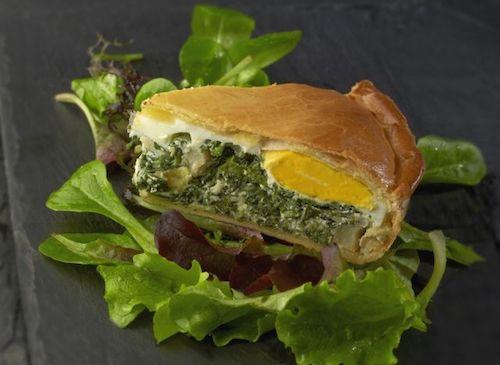 Découvrez la recette des tourtes pascales. Un plat composé de fonds d'artichauts, épinards, ricotta et pâte brisée. L'accompagnement : une petite salade mesclun.
