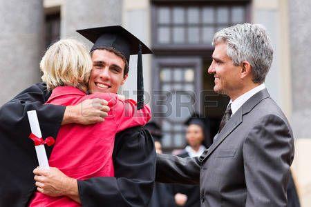 promoce: šťastný muž absolvent objímá svou matku na promoci