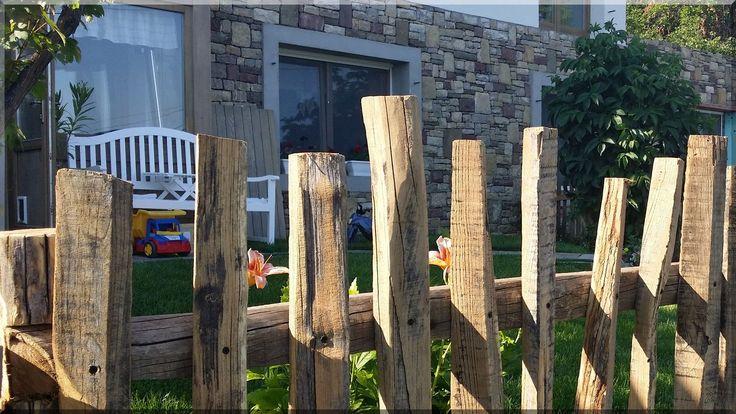 Egyedi fakerítés bontott akácfa alapanyagból