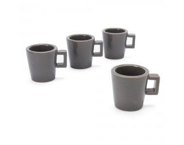 Unser minimalistisch schönes Espressotassen-Set Arreso wird von unseren Partnern in Thailand unter Fairtrade Standards gefertigt und von Hand bemalt. Heraus kommt ein stilvolles Tassen-Set aus Naturstein, das sehr robust und hitzebeständig ist. Da schmeckt Ihnen der Espresso bestimmt gleich doppelt gut.