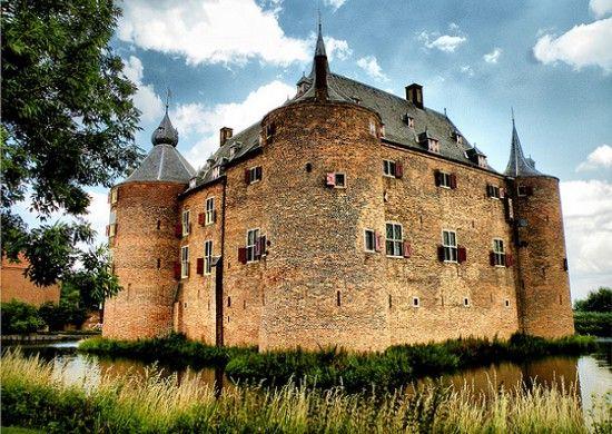 ammersoyen dit is een kasteel in nederland, het is rond het jaar 1000 gebouwd. later is het omgebouwt tot een klooster