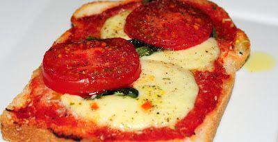 Broodje Italië  2 boterhammen 6 eetl tomatenpulp 1 mozzarella 6 basilicum 1 tomaat peper olijfolie parmezaanse dipper geraspte pecorino  Oven op 180 graden en smeer de broodjes in met de tomatenpulp, dan wat pecorino raspen. De mozzarella en tomaat in plakjes snijden en die over de broodjes verdelen, dan de basilicum erover, een beetje parmezaanse dipper strooien, wat peper en dan +/- 15 min in de oven. Als je ze uit de oven haalt nog even wat olijfolie erover sprenkelen.