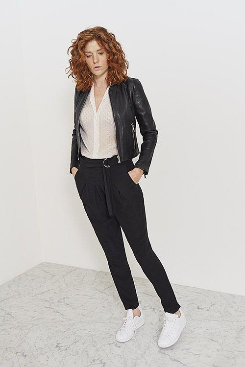 Veste en cuir noire perforée, blouse blanche à plumetis et pantalon noir en crêpe IKKS Women, collection femme Printemps/Eté 2017 #womenstyle #ss17