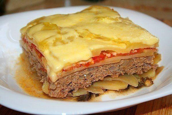 Овощная запеканка с фаршем  Ингредиенты:  - 700-800 г говяжьего фарша - 6 средних картофелин - 1 крупная репчатая луковица - 1 средний баклажан - 3-4 средних помидора - сыр (можно и без него) - свежий фиолетовый базилик - оливковое масло - соль,перец, орегано  Приготовление:  Картофель, помидоры и баклажан нарезать тонкими кружками, баклажаны с двух сторон быстро обжарить на сковороде гриль. Фарш смешать с измельченной луковицей и фиолетовым базиликом, посолить, поперчить, добавить пару…