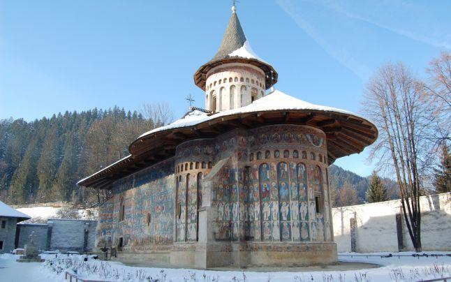 """Supranumită """"Capela Sixtină a Estului"""" pentru fresca """"Judecăţii de Apoi"""" care a fost pictată cu celebrul pigment """"Albastru de Voroneţ"""", în mai bine de jumătate de secol de existenţă biserica Mănăstirii Voroneţ, monument UNESCO, a avut parte de o istorie zbuciumată."""
