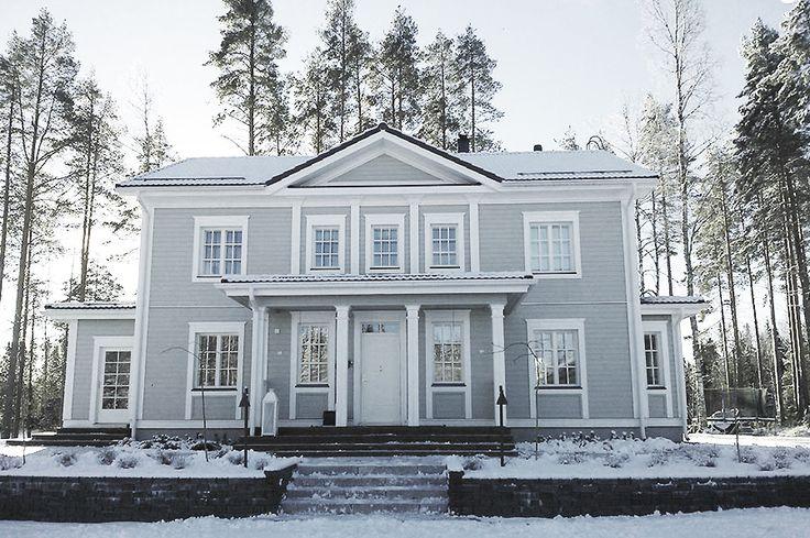 Grått hus med vita knutar