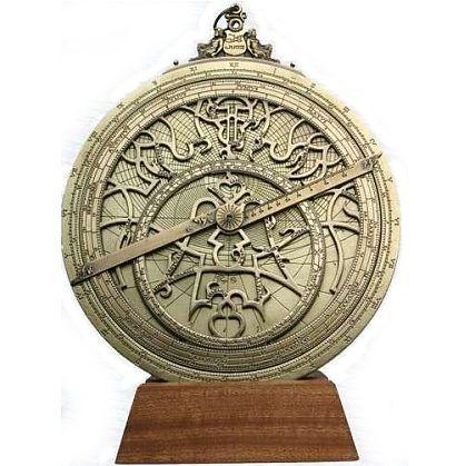 Riproduzione di un astrolabio planisferico che indica: la declinazione del Sole, l'ascensione retta del Sole, la declinazione di una stella, l'angolo orario di una stella, l'angolo orario del Sole, ora solare, tempo sidereo in un dato momento, ora disuguale del Sole, alcune posizioni di stelle, etc. Realizzato in ottone con base in legno. Fornito con descrizione del funzionamento, breve storia dello strumento ed elegante confezione regalo.