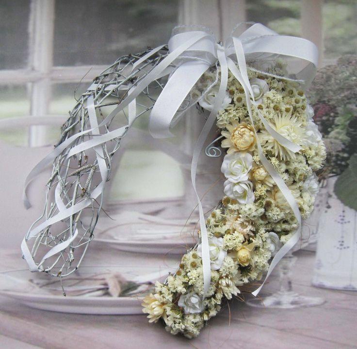 Štěstí v bílé Podkova na břízovém základu, drátovaná výztuha, výška 27 cm, k zavěšení na dveře nebo jen tak kpoložení...látkové květiny, sušené květy..