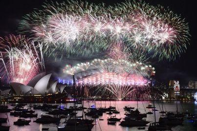 Décalage horaire oblige, c'est l'Australie qui, comme toujours, a eu l'honneur de lancer les festivités du Nouvel an. Sydney, la plus grande ville du pays, avait vu les choses en grand en déboursant 7 millions de dollars australiens (4,6 millions d'euros) pour 12 minutes de spectacle pyrotechnique. Hong Kong, Pékin, Singapour et d'autres mégapoles asiatiques tenteront de rivaliser.