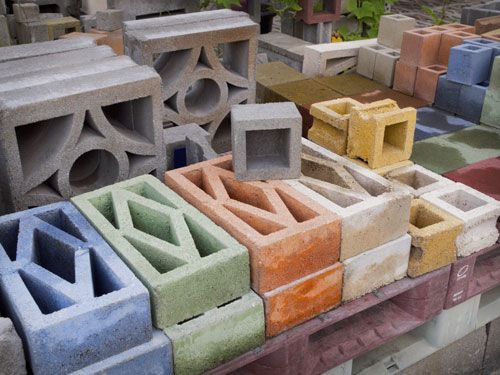 写真:山内コンクリートブロックでは100数種類の花ブロックを製造している。価格は1個140円から900円。金型の製作費を負担すればオリジナルブロックもつくってもらえる。着色ブロックは以前製造していたもの
