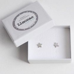Pendientes en forma de estrella. Pendientes en forma de estrella ideales para regalar a una niña. Puedes elegirlos en color dorado o plateado (no es oro ni es plata). Precio: 9,50 €