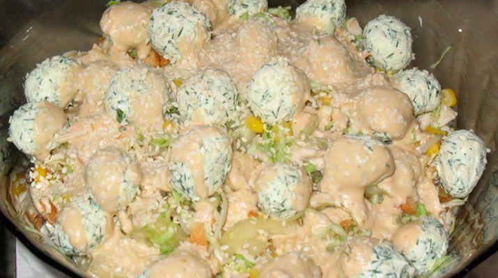 Продукты : Куриное филе — 180-200 г Кунжут — 2-3 ч. л. Пекинская капуста — 1,5 стакана Болгарский перец — 0,5 шт. Лук синий — 0,5 головки Кукуруза — 2 ст. л. Сырные шарики: Сыр фетакса — 70 г Чеснок — 1 зуб. Сушеный базилик — 0,5 ч. л. Укроп — по вкусу Для крутонов: …