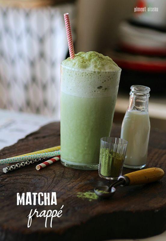 Matcha frappé : une boisson ultra rafraîchissante au thé vert mais pas que... -1 grand verre de lait (demi-écrémé ici) -1 càc de thé matcha -2 càc de sucre (ou de miel) -6 glaçons